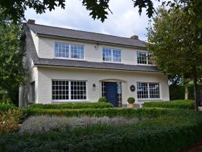 Royaal landhuis op een mooie landelijke locatie op een perceel van ca. 3331 m².  Zeer rustig gelegen in een agrarische omgeving, aan de dorpsrand