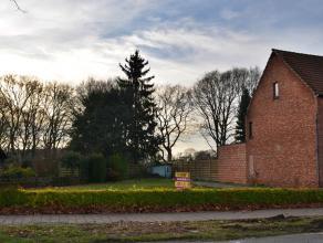 Perceel bouwgrond voor een halfopen bebouwing.<br /> Bouwgrond 4a 60ca - perceelbreedte 19,15m<br /> Gelegen aan de verbindingsweg Meerhout-Geel,  <br