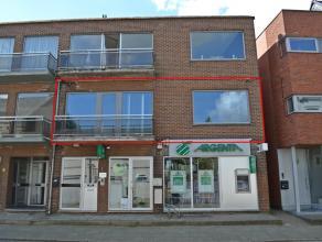 Het appartement is centraal gelegen op 100 meter van de Markt van Meerhout.<br /> <br /> Het appartement heeft een leefruimte met open keuken. Via de