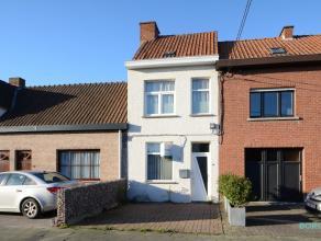 Deze gezellige woning van ca. 84m² (excl. zolderruimte) is centraal gelegen te Roeselare, in een zijstraat van de Westlaan. Uitstekende bereikbaa