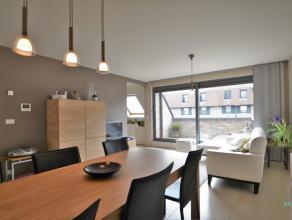Aantrekkelijk en instapklaar dakappartement op de derde verdieping, gebouwd in 2009, gelegen in hartje Emelgem vlakbij de rustige wandel- en fietszone