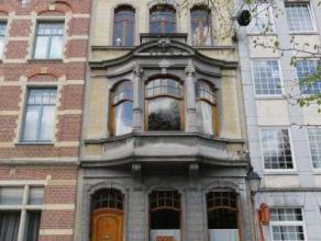 Volledig opgefrist en geschilderd appartement op de eerste verdieping van een herenwoning. Lift aanwezig. Gelegen op één van de mooiste