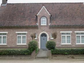 Zeer gezellige, aangename landelijke woning in open bebouwing met een totale oppervlakte van 929m² heeft een dubbele garage (apart gebouw) en een