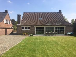 Zeer gezellige, aangename landelijke woning in open bebouwing met een totale oppervlakte van 929m² . Ze beschikt over een dubbele garage (apart g