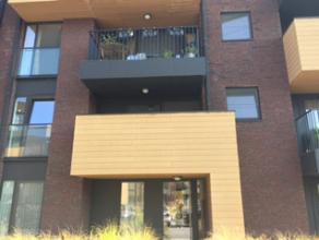 TE KOOP: Nieuwbouwappartement op 1ste verdieping met 2 slaapkamers. Appartement bestaande uit: inkomhal (3,25m²), woonkamer met open keuken (5,15