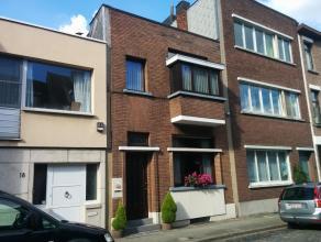 Verzorgde woning met 3 slaapkamers te Berchem in rustige wijk. Gelijkvloers: inkomhal, woonruimte, leefruimte, keuken, wasplaats, stadskoer, toegang t