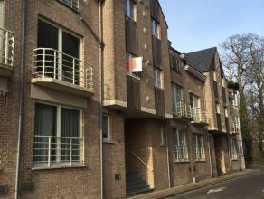 TE HUUR: dit instapklaar appartement bevindt zich in het centrum van Lier. Het is gelegen op de 1ste verdieping. Het appartement bestaat uit: inkomhal
