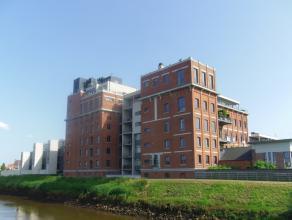 Loft met industriële afwerking die zich bevindt op de eerste verdieping in de Bloemmolens. De loft bestaat uit een doorlopende ruimte waar je een