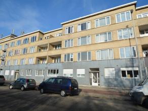 Volledig en kwalitatief gerenoveerd appartement (93 m²) met veel lichtinval gelegen op de 1ste verdieping, bestaande uit: ruime inkomhal (10 m&su