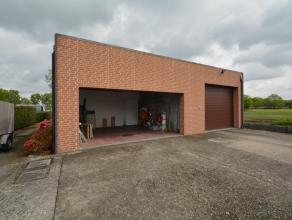 Magazijn (140 m²) gelegen in KMO-zone met degelijke open bebouwing op een perceel van 2.138 m², bestaande uit: het magazijn heeft een hoogte