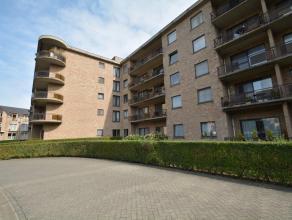 Ruim gelijkvloers appartement (100 m²) met zuid gericht terras, ondergrondse autostaanplaats en 2de staanplaats voor het gebouw! Bestaande uit: i