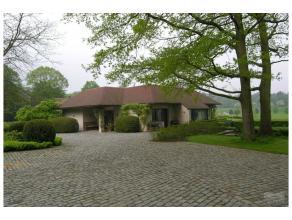 Superbe villa contemporaine sur le golf du Ravenstein, splendide jardin. Piscine intérieure, jaccuzi, bar, salle de billard, belles réce