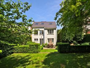 Située à proximité des transports, écoles et commerces, jolie maison de charme, 3 façades, beau jardin, living/sall