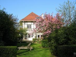 Ravissante villa l930 entièrement rénovée, 3 façades, énormément de CHARME, ravissant jardin. Grand hall, li
