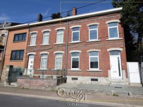 Venez découvrir cette maison aux beaux volumes, entièrement rénovée (intérieur, toiture, ...), proche de toutes com