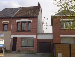 Eengezinswoning met tuin en grote garage gelegen niet veraf van centrum Bonheiden. Inkom met vestaire, ruime living met open haard, eetkamer en tussen