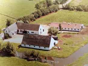 """""""Latoenehoeve"""" omgrachte 18de-eeuwse L-vormige hoeve met prachtig poortgebouw, slotgracht en zeer ruime bijgebouwen (± 700 m²) op 96 a. en"""
