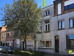 Deze te renoveren rijwoning is gelegen in een rustige straat op loopafstand van de Antwerpsestraat. Zowel tram als bus verbindingen zijn in de nabije