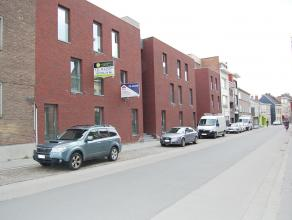 Nieuwbouwappartement 0.6 geleg o/h gelijkvloers met een bew opp v +/-94m² met 2 slks, woonk, open kkn, badk, berging en terras van +/-6,9m²!