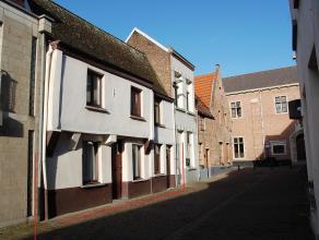 Deze te renoveren woning met stadstuin dateert oorspronkelijk van de 17de eeuw en is opgenomen in de lijst van onroerend erfgoed. De woning is gunstig