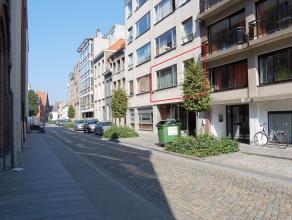 Dit ruime 2-slaapkamer appartement is gelegen in een rustige eenrichtingsstraat in het centrum van Mechelen. Troef in de stad is de garagebox welke to