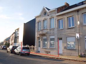 Deze ruime te renoveren woning (half open) is gelegen in Mechelen-Zuid nabij de oprit van de E19. Indien u vaak met het openbaar vervoer reist, zijn e
