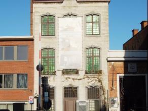 Dit historisch pand gelegen in het centrum van Mechelen langsheen de Dijle werd volledig gerenoveerd en opgedeeld in een gelijkvloerse kantoorruimte e