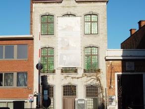 Dit prachtig gerenoveerde dakappartement maakt deel uit van een historisch gebouw gelegen in het centrum van Mechelen langsheen de Dijle. Het gebouw i