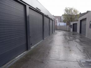 Rustig gelegen magazijn in afgesloten magazijnencomplex: 18m2, ruime inrit afgesloten met een automatische poort.