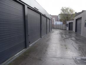 Dit magazijn bevind zich in een afgesloten complex met meerdere magazijnen. Er is een toegangshek op afstandsbediening.Het magazijn is voorzien van el