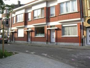Nabij Telenet en op wandelafstand Grote Markt Mechelen. Aangename living, ingerichte keuken, bergruimte, zonnig ommuurd terras , badkamer met ligbad,b