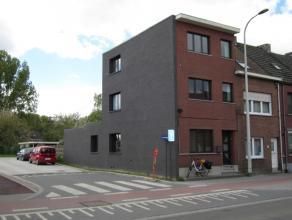 Volledig gerenoveerde woning met een oppervlakte van 174m² met drie slaapkamers. Woning omvattende: inkomhal, bureau/wasplaats, toilet, leefruimt