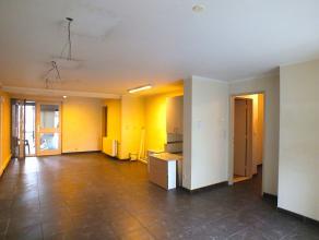 Verder af te werken gelijkvloers appartement (75m²) met 1 (evt 2) slaapkamers, in het centrum van Lommel.<br /> Het appartement beschikt over 1 a