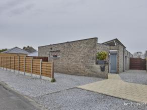 Rustig gelegen gelijkvloers appartement (140 m²) met 3 slaapkamers, een ruime woonkamer en een terras, deels overkapt. Bijkomend is er een garage