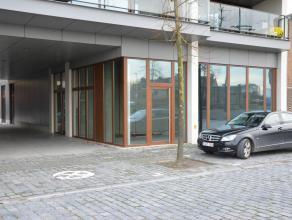 Handelsruimte gelegen aan de jachthaven van Diksmuide. Deze commerciële ruimte van 220m² met zicht op de ijzertoren wordt u wind-en waterdic
