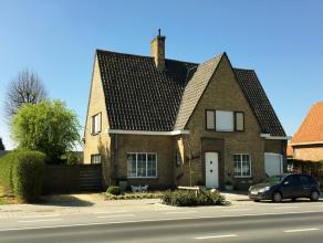 Villa met 3 slaapkamers, garage en tuin op 920m² Deze Villa is gelegen in het centrum van Diksmuide en bestaat uit: GELIJKVLOERS: Inkomhal - apar