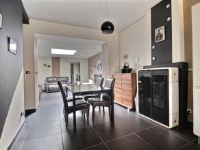 MOUSCRON - Maison complètement rénovée : - Rez-de-chaussée : hall d'entrée, wc avec lave-mains, cuisine équi