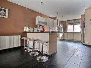 MOUSCRON - Maison 2 façades : - Rez-de-chaussée : petit hall avec wc séparé, cuisine équipée avec coin repas