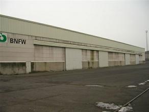Deze loods heeft een totale oppervlakte van 6.480 m² en is volledig geïsoleerd en bevat 4 poorten aan de waterzijde (L : 6 m en H : 5 m). Ev