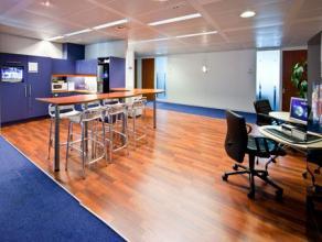 Het buisinescentrum in station Berchem in Antwerpen ligt in een modern groen glazen en granieten kantoorgebouw aan de rand van het centrum van de stad