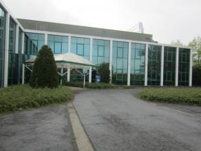 Stand-alone kantoorgebouw met parkeermogelijkheden gelegen in industriezone van Zwijndrecht met havengebonden bedrijven.  Het gebouw isgerealiseerd in