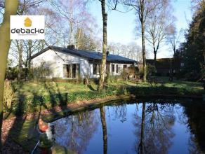 In een oase van<br /> groen en met een uniek weids uitzicht is deze gelijkvloerse woning gelegen met<br /> separaat lagerhuis !Op een perceel<br /> va