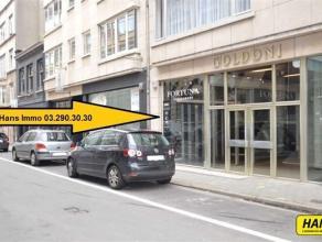 RENDEMENT VAN 12%!!! Topligging!!! Handelsgelijkvloers van 30m² (voormalig schoenwinkel) te koop met aparte bergruimte. Dit handelspand (duplex)