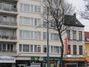 TOPlocatie!!! Handelsgelijkvloers/commerciële ruimte van ca.420m² met aangrenzende burelen en sanitaire voorzieningen met keuken. Enorm veel