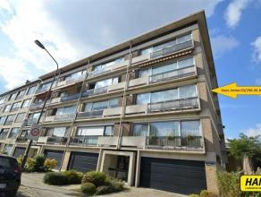 Ruim appartement van ca. 95m² met 3 slaapkamers gelegen op de tweede verdieping in een gebouw van 4 hoog met lift. Indeling: Inkomhal van 6m&sup2
