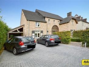 Prachtige villa in landelijke stijl met een bew. opp. van 210m² op een perceel van 1889m². Indeling: Gelijkvloers: Inkomhal van 8m², vo