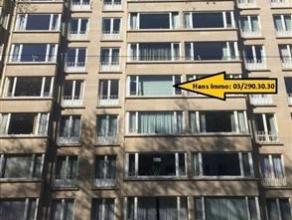 Ruim bemeubeld appartement van 120m² met 2 slaapkamers op de 4de verdieping van een gebouw van 8 hoog. Hall van 14m² op tegels met talrijke