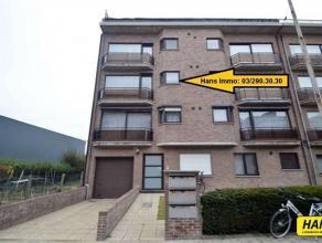 Op te frissen 2-slaapkamer appartement van 85m² met ondergrondse autostaanplaats. Inkomhal van 10m² met een apart gastentoilet. Leefruimte v