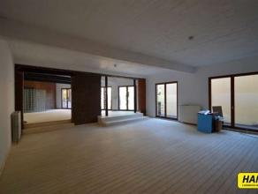 Ruime loft op het Zuid van 130m². Grote leefruimte met een nieuwe open keuken voorzien van ijskast, diepvriezer, vaatwasser, dampkap, elektrische