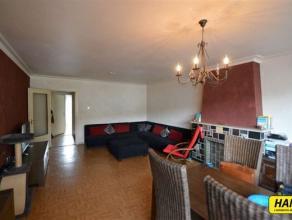 Rustig appartement van ca. 75m² met 2 slaapkamers gelegen op de 1ste verdieping in een klein gebouw. Indeling: Inkomhal van 6m². Apart toile